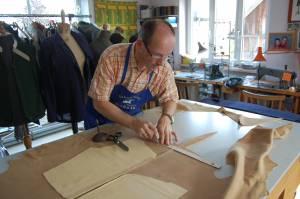 Schneidermeister Christian Sabetz beim zuschneiden einer kurzen Lederhose