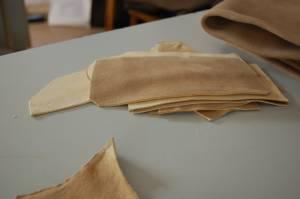 Zugeschnittene Lederhosenteile